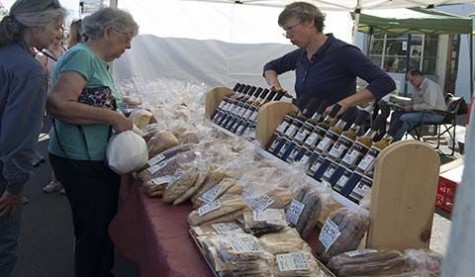 Community gathers for farmers market