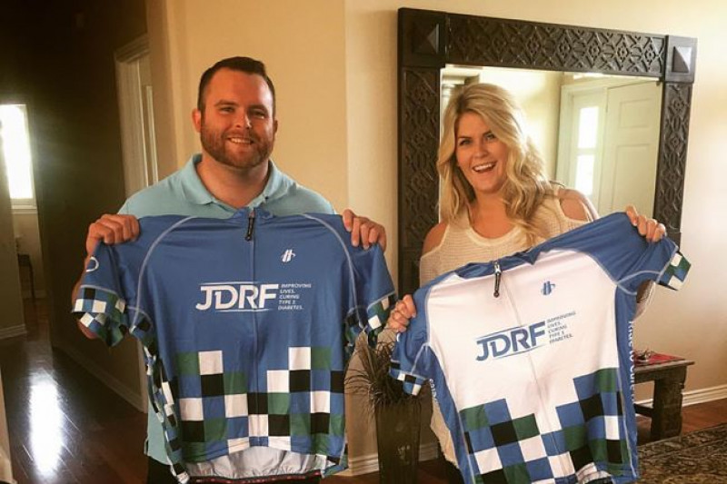 Justin+Mann+%28left%29+and+Ashtyn+Mann+hold+their+JDRF-sponsored+jerseys+for+their+upcoming+cross-county+bike+trip.