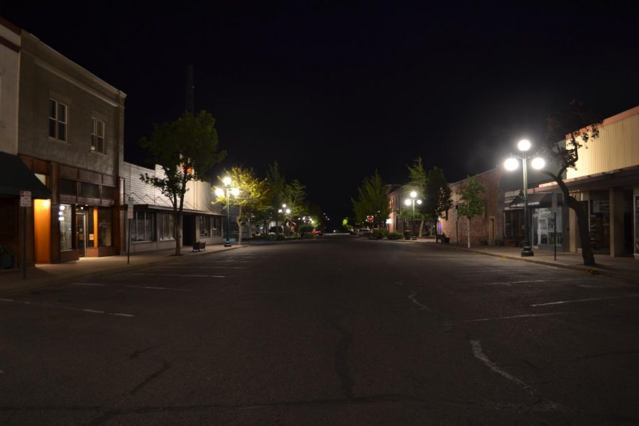 The+streets+of+Ellensburg+are+empty+with+few+vehicles+passing+through.+Empty+streets+like+this+one+show+the+lack+of+nighttime+entertainment+options+for+students+who+are+under+the+age+of+21.